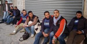 Gaza: polizia aggredisce giornalisti e sequestra telecamere