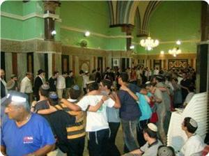 Decine di coloni israeliani assaltano i cortili di una moschea a Hebron