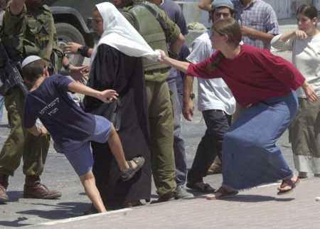 Coloni israeliani prendono a sassate, e feriscono, un'anziana palestinese a Nablus