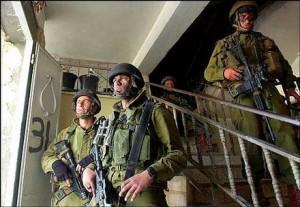 Militari israeliani depredano la sede della TV palestinese Wattan
