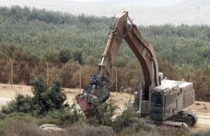 Militari israeliani si addentrano nella frontiera libanese e piazzano del filo spinato