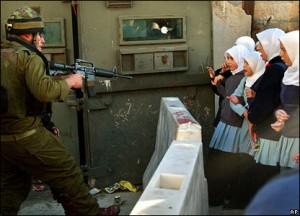Gerusalemme, militari israeliani assaltano una scuola elementare: obiettivo, un bimbo palestinese