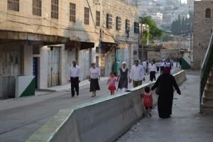 Palestinesi di Hebron tra la morsa dei coloni e dei soldati israeliani