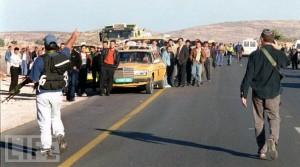 Coloni israeliani impediscono ai palestinesi la libertà di movimento