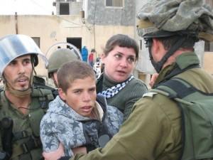 Al-Khalil: l'occupazione arresta un 16enne e convoca 30 palestinesi