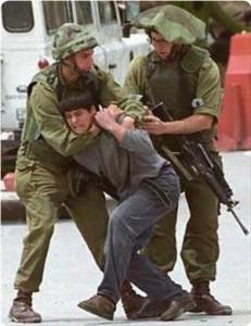 Un filmato mostra un soldato israeliano mentre picchia un bambino palestinese