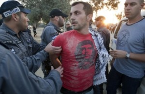 Aggressione della polizia israeliana contro manifestanti, minacciati anche di stupro