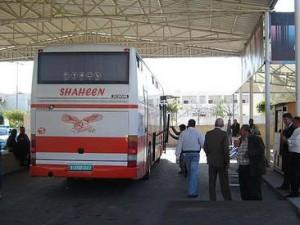 Vessazioni israeliane: in un anno, 450 palestinesi arrestati durante il transito verso la Giordania