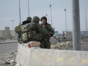 Gerusalemme, le forze di occupazione uccidono un operaio palestinese e ne feriscono altri due