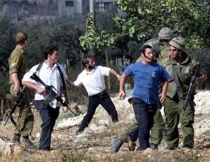 La calata dei barbari: coloni israeliani assaltano autobus di fedeli palestinesi. 8 feriti