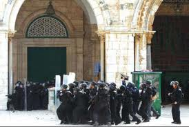 Membri dello Shabak assaltano la moschea di al-Aqsa
