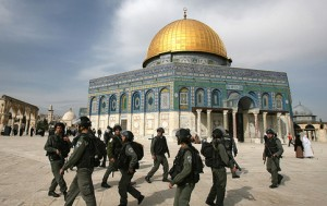Coloni israeliani assaltano la moschea di al-Aqsa nella mattinata di domenica