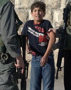 Ragazzini palestinesi sequestrati dalle forze israeliane