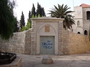Coloni imbrattano chiesa di Gerusalemme con slogan razzisti