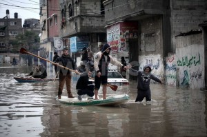 1387058183-palestine-gaza-underwater-as-rain-eases-off_3502958