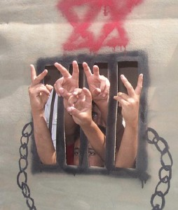 26 prigionieri respirano la libertà e abbracciano la propria famiglia
