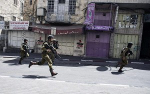 Le forze di sicurezza spruzzano un liquido maleodorante e sporco sulle case di Betlemme