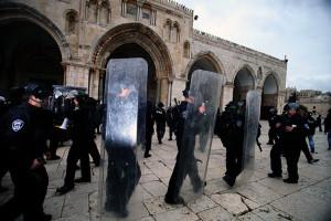 israeli-riot-police-outside-al-aqsa-mosque