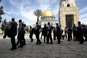 Gerusalemme, vietato l'accesso a al-Aqsa: migliaia di Palestinesi pregano per strada