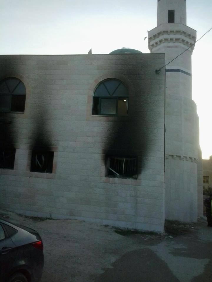 Coloni israeliani appiccano il fuoco alla moschea di un villaggio vicino a  Ramallah