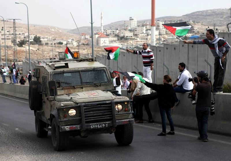 Le forze israeliane invadono Beit Ummar e feriscono diversi Palestinesi