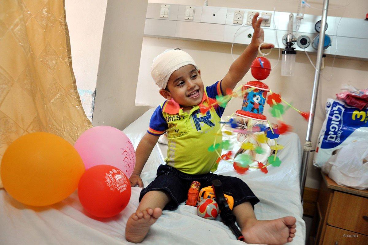 palestinian-child-injred-in-israeli-attack-spends-eid-in-al-shifa-hospital