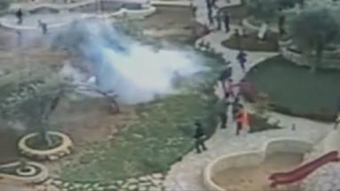 VIDEO: l'esercito lancia lacrimogeni in un parco-giochi