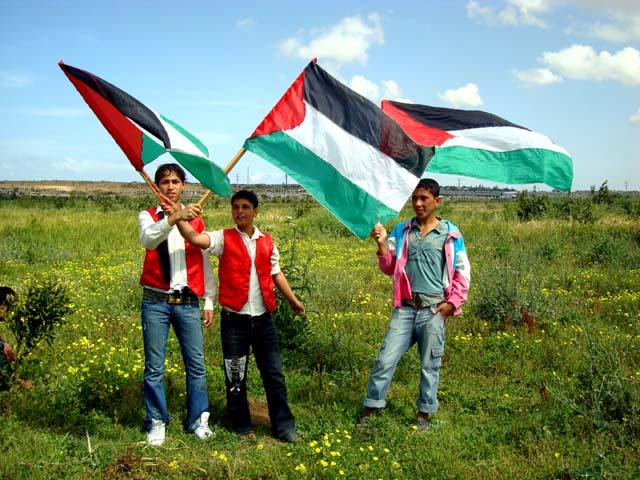 Giornata della Terra nella Striscia di Gaza: i soldati israeliani sparano a 3 giovani