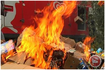 Attivisti palestinesi bruciano prodotti israeliani a Nablus