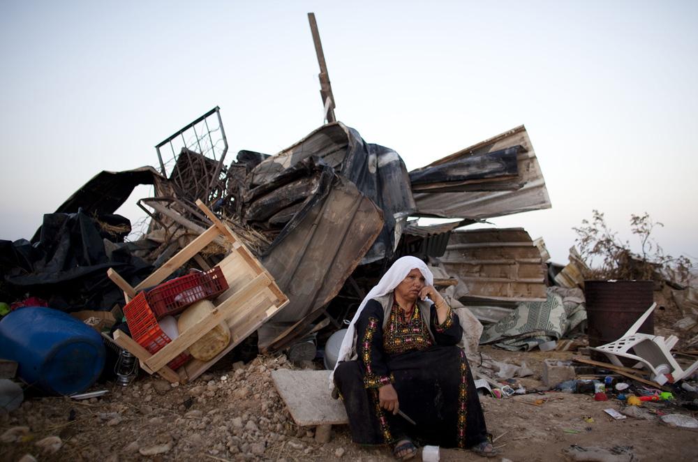 Le forze israeliane demoliscono una casa palestinese nel Negev