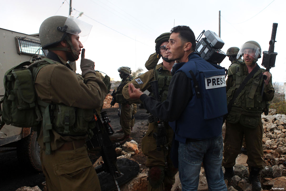 palestinian-journalist-with-israeli-soldiers