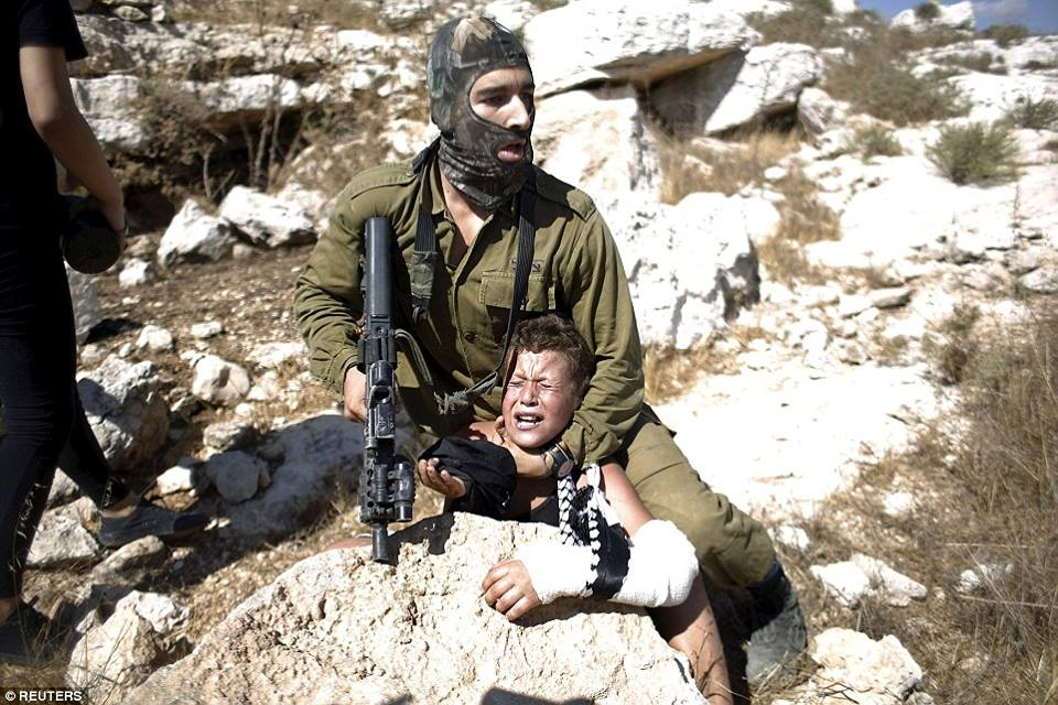 Soldato israeliano tenta di rapire un bambino palestinese