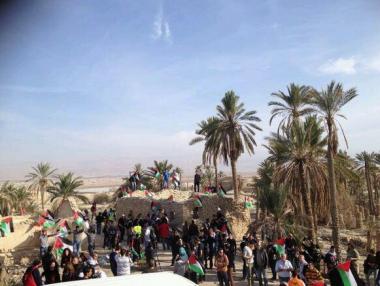 Cristiani pregano sulle terre palestinesi distrutte dagli israeliani
