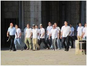 Coloni invadono la moschea di al Aqsa sotto la protezione della polizia israeliana