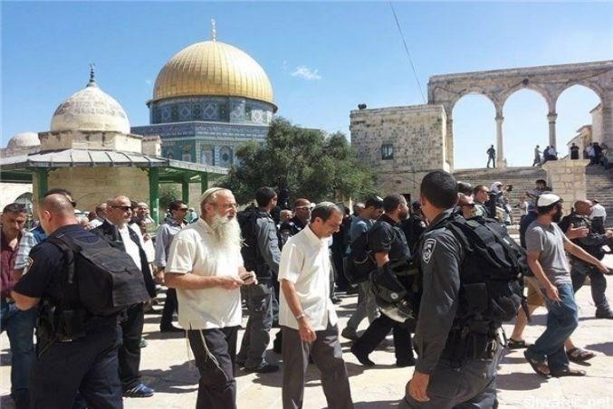 Gruppi di coloni invadono la spianata di al-Aqsa