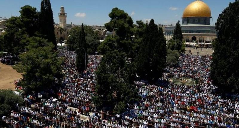 Migliaia di Palestinesi eseguono la preghiera del venerdì a al-Aqsa