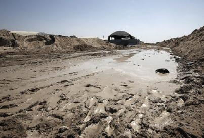 Israele scava una fossa vicino a Gaza
