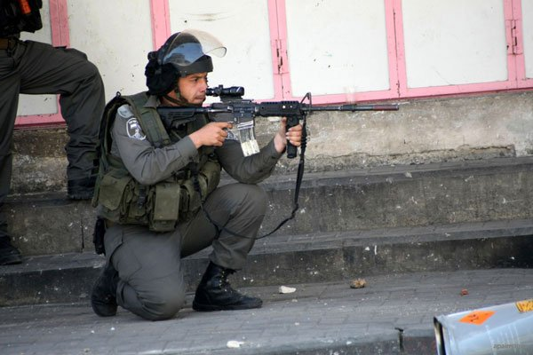 israeli-soldier-firing-rubber-bullets-at-palestinian-protestors-hebron-apr-2013