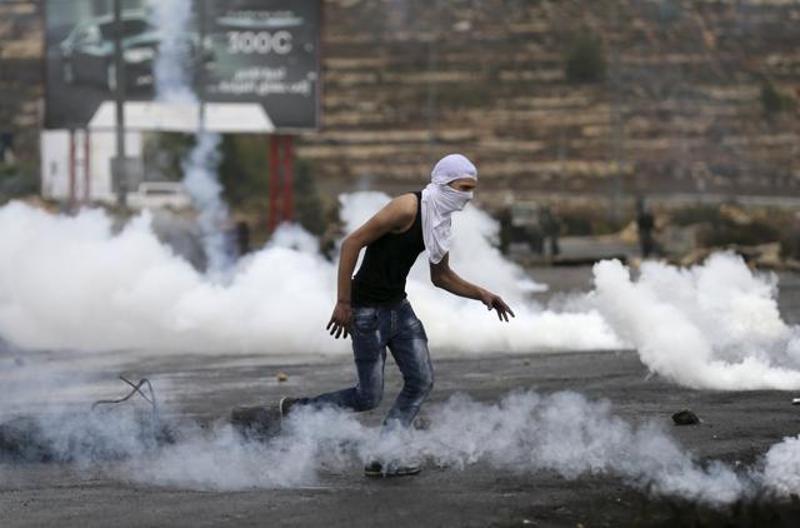 palestinian-protester-israeli-settlement-clashes-ramallah-teargas_21d4d940-7ca5-11e5-b3c0-8280ab8607ff