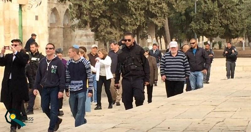 Coloni fanatici irrompono nei cortili di al-Aqsa protetti dalle forze israeliane