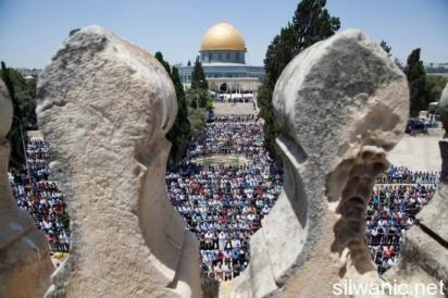 Decine di migliaia di Palestinesi pregano nel complesso di al-Aqsa