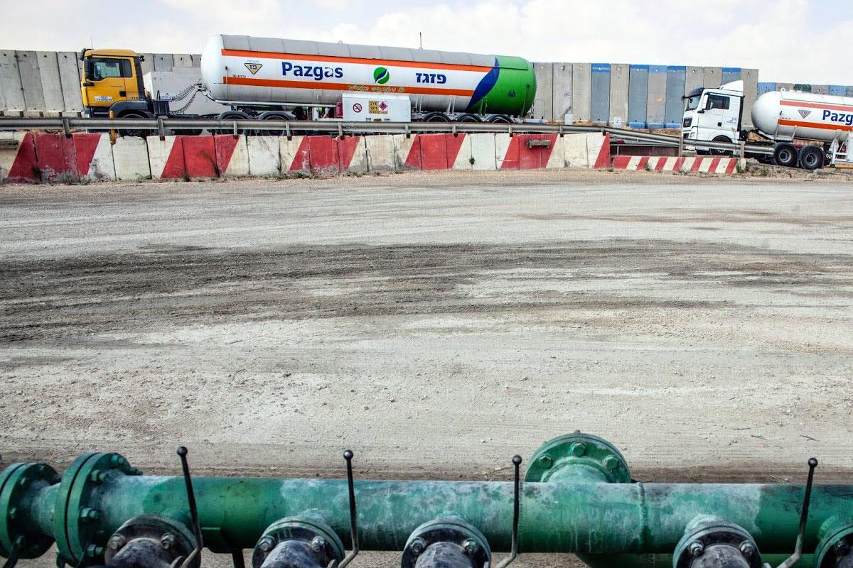 gas-oil-fuel-tankers-at-kerem-shalom-crossing-gaza-israel