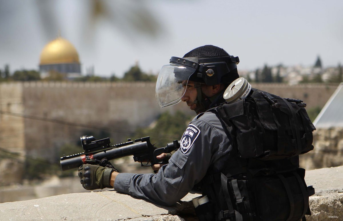 20150731_Israeli-soldiers-stands-guard-with-al-aqsa-in-background