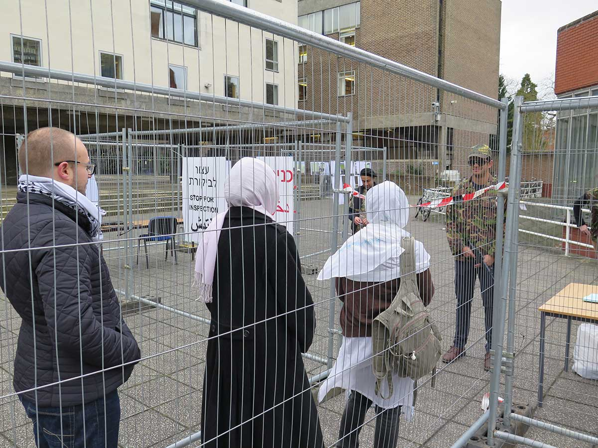 "Check-point militare ricostruito alla Cambridge University per la ""Settimana dell'Apartheid israeliano"""