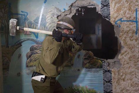 Le forze israeliane demoliscono parte di una casa palestinese come punizione collettiva