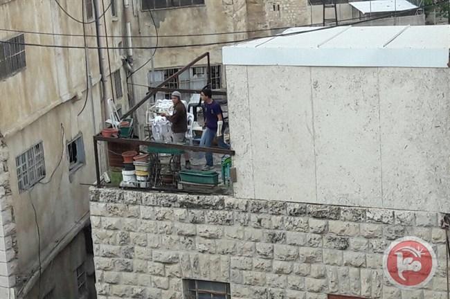 Video: coloni a Hebron rubano mobili palestinesi per falò di Lag Ba'Omer