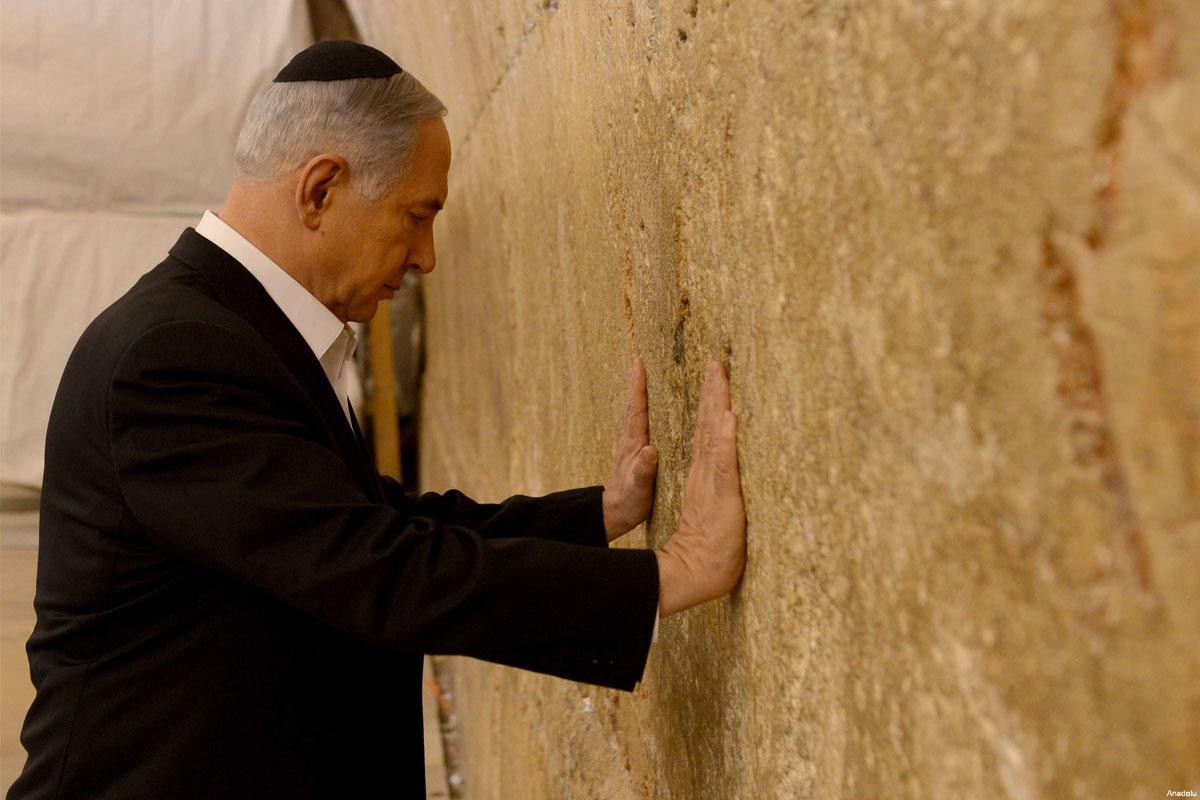 benjamin-netanyahu-large-19-praying-at-the-western-wall
