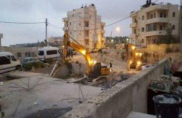 Militari israeliani demoliscono numerose strutture a Gerusalemme Occupata