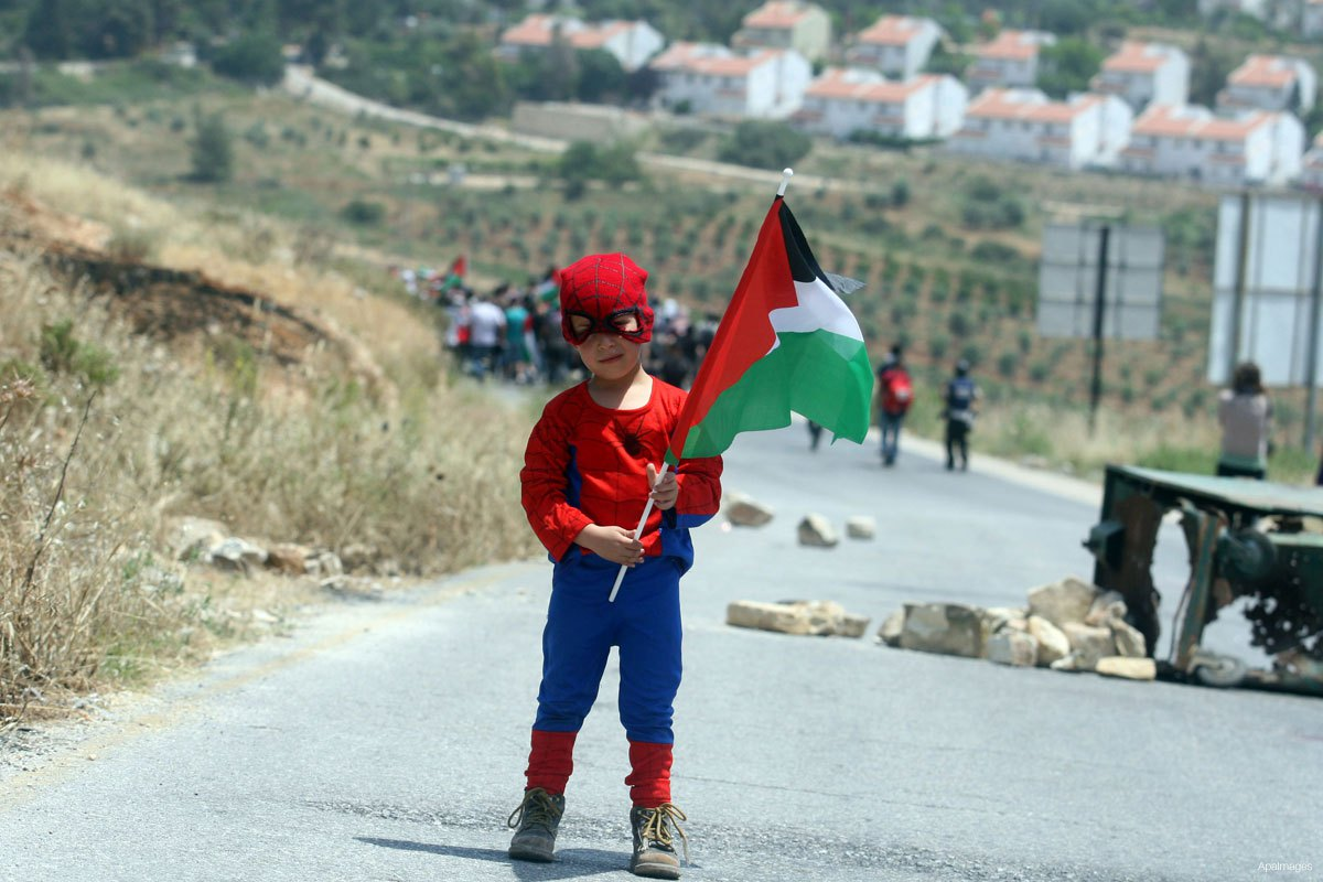 palestinian-children-protesting-confronting-israeli-soldiers-near-nabi-saleh-4-superman-costume