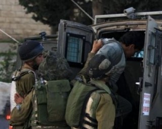 L'esercito ferisce numerosi palestinesi a Hebron, ne rapisce uno a Betlemme